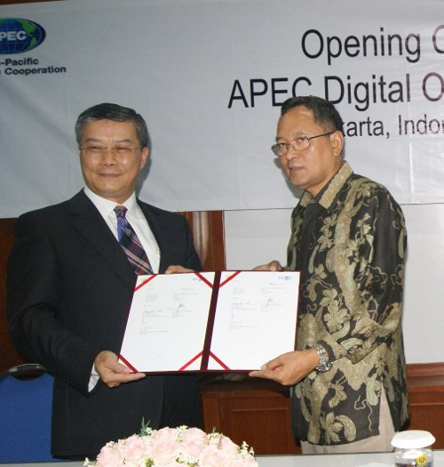 01. Charles C. Li - Koesnadi Kardi Rector of UPN
