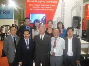 Foto bersama di stand Taiwan Excellence Brand