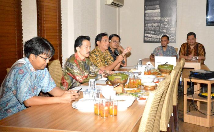 1. Prof. Dr. Ir. Suhono Harso Supangkat, M.Eng. dlm Pembahasan Roadmap TIK Nasional & Kriteria Menteri TIK