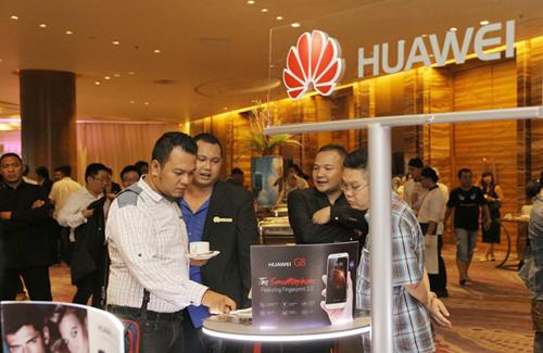 Representatif Huawei menjelaskan berbagai fitur-fitur terbaru Huawei G8